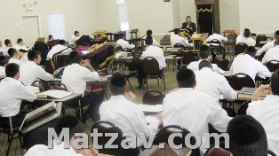 The rosh yeshiva, Rav Yosef Dovid Korbman, giving shiur klali at the yeshiva.