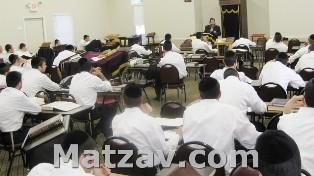 The rosh yeshiva, Rav Yosef Dovid Korbman, giving shiur klali at the yeshiva.