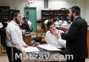 Rav Yisroel Kupperwasser speaking in learning with bochurim of the yeshiva.