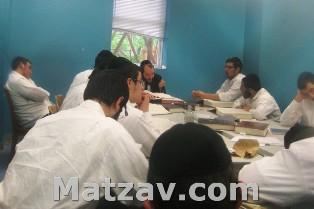 Rav Leizer Busel delivering shiur.