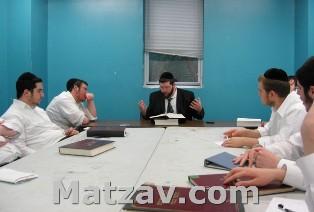 Rav Yitzchok Busel delivering shiur.