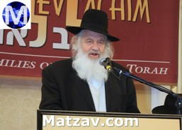Rav Uri Zohar addressing the event.