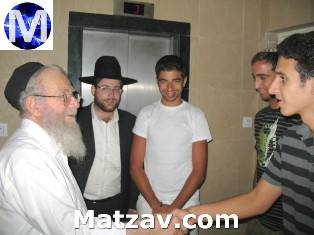 Rav Yaakov Edelstein greeting teenaged 'Mitchazkim' of Lev L'Achim.
