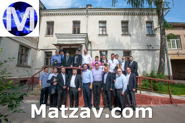 the delegation outside the Eitz Chaim day school