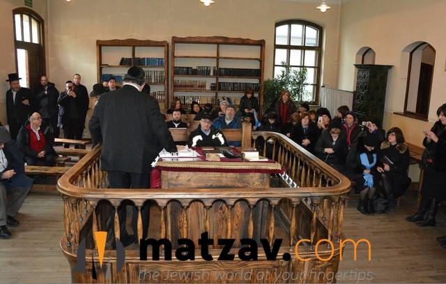 Rabbi Krohn - ladies in pic