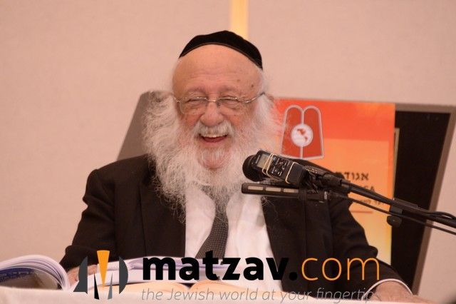 A Perl - Harav Boruch Dov Povarsky, Rosh Yeshiva Ponovez while giving a lively shiur on the 2nd day of Yarchei Kallah