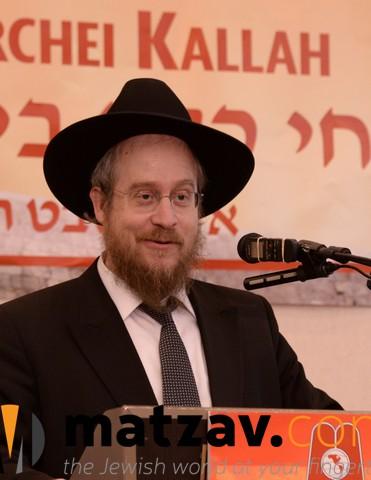 A Perl - Harav Nisan Kaplan, RM Yeshivas Mir Yerusholayim giving a lebedige Halacha Shiur
