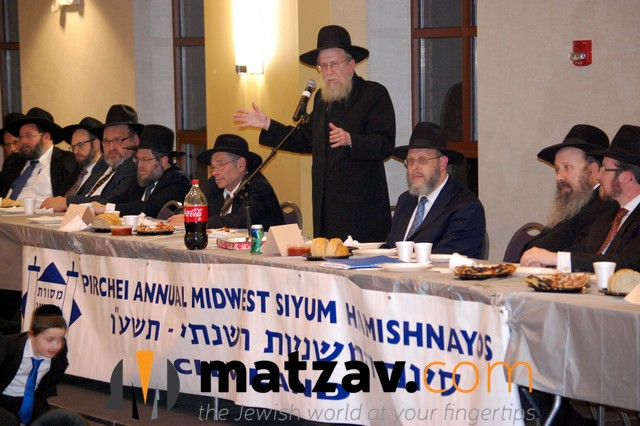 Rabbi Dovid Golberg addressing the melave Malka