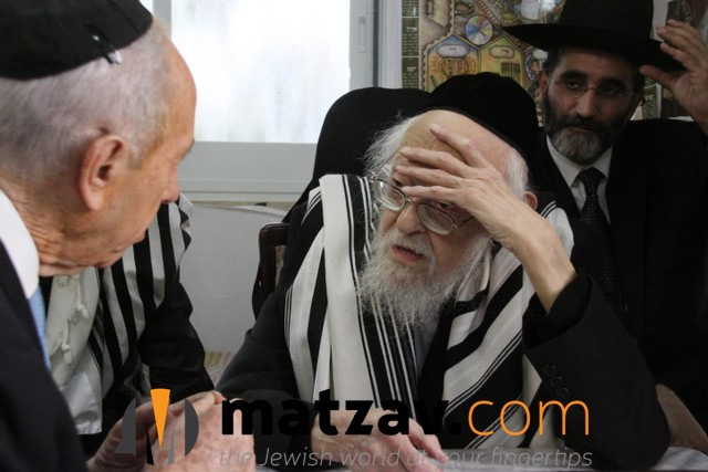 **FILE** Israeli president Shimon Peres visits Rabbi Yosef Shalom Eliashiv on October 08, 2009. Rabbi Eliashiv passed away today July 18, 2012 at the age of 102. Photo by Yosef Avi Yair Engel/GPO/FLASH90  *** Local Caption *** ????? ??? ??? ?????? ? ?? ??????