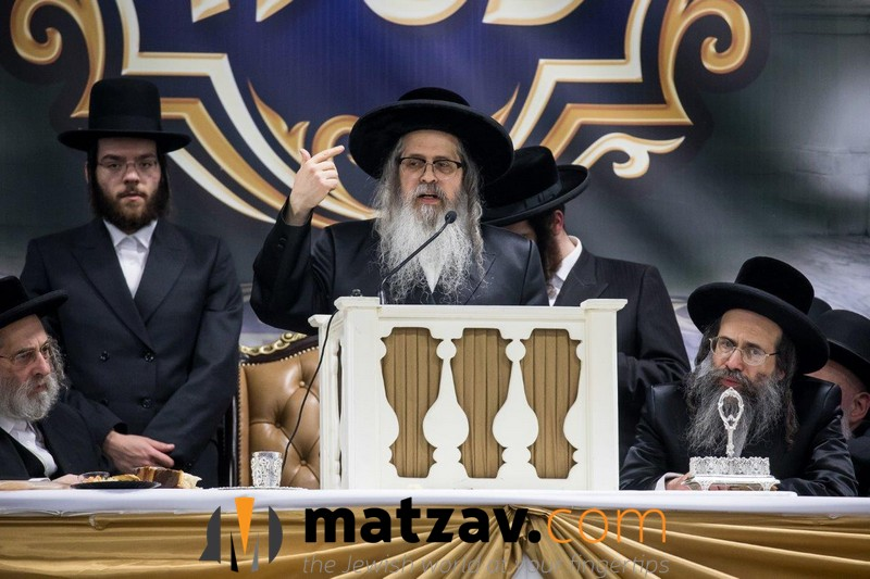 06-rebbe-speaking-1