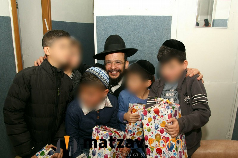3-mohel-with-the-children