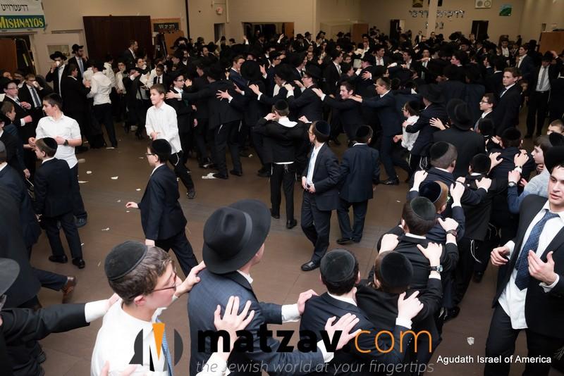 Pirchei Agudath Israel - Pirchei Sings Yeeboneh Hamigdosh