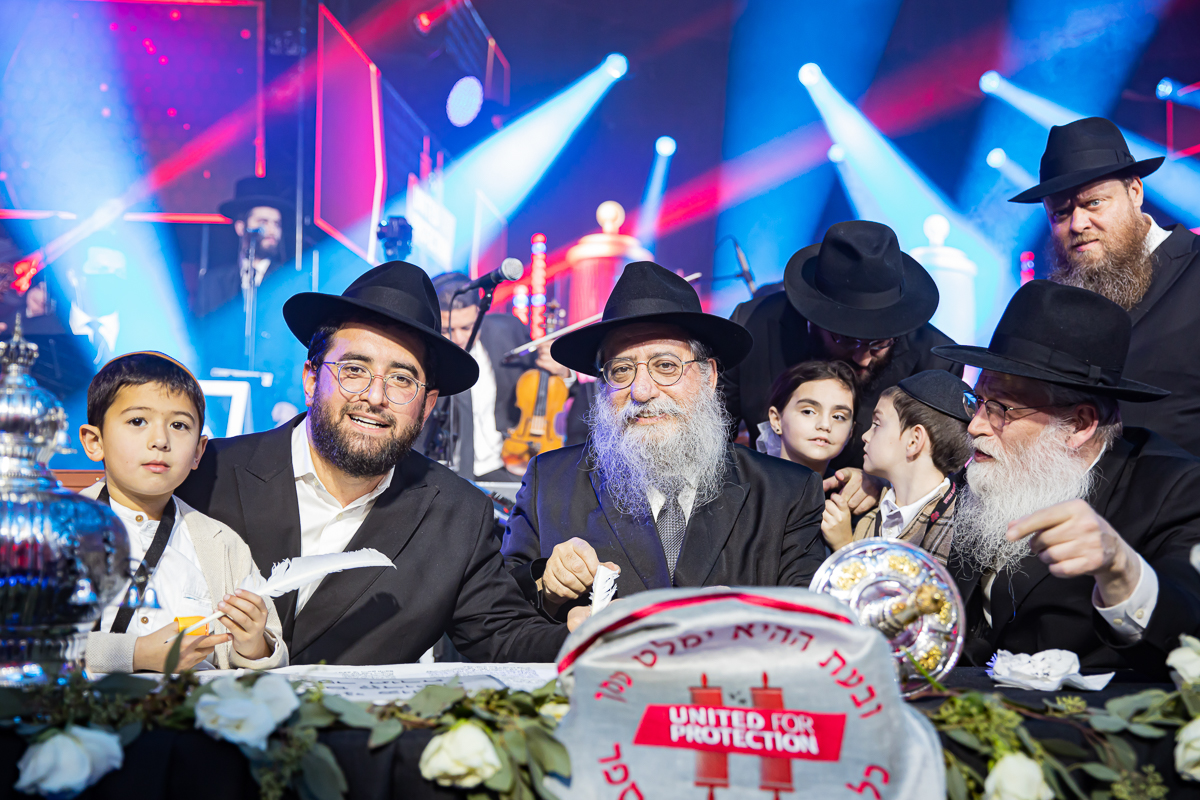 500,000 Watch as Miracle Sefer Torah Reaches Spectacular Conclusion 25