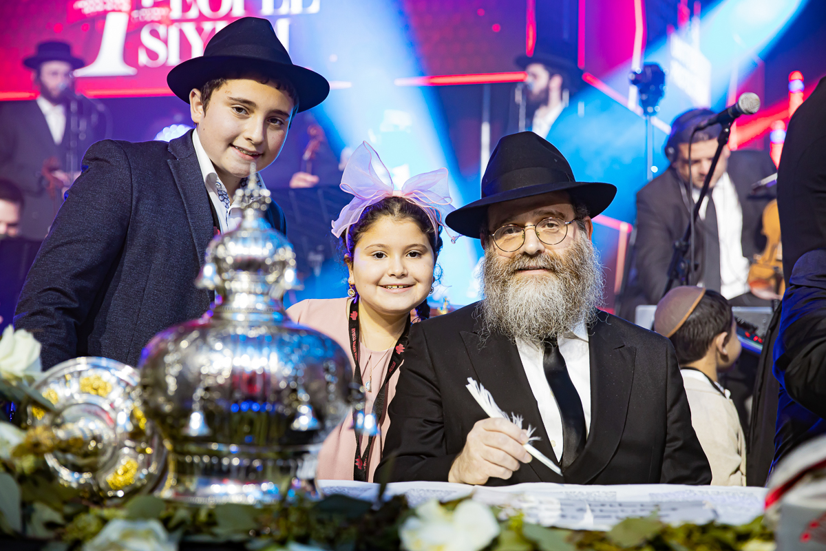 500,000 Watch as Miracle Sefer Torah Reaches Spectacular Conclusion 26