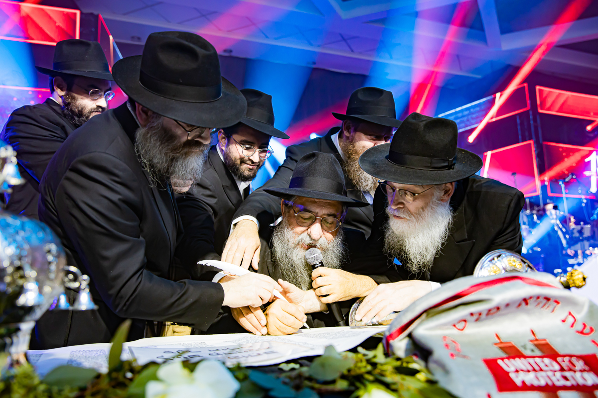 500,000 Watch as Miracle Sefer Torah Reaches Spectacular Conclusion 28