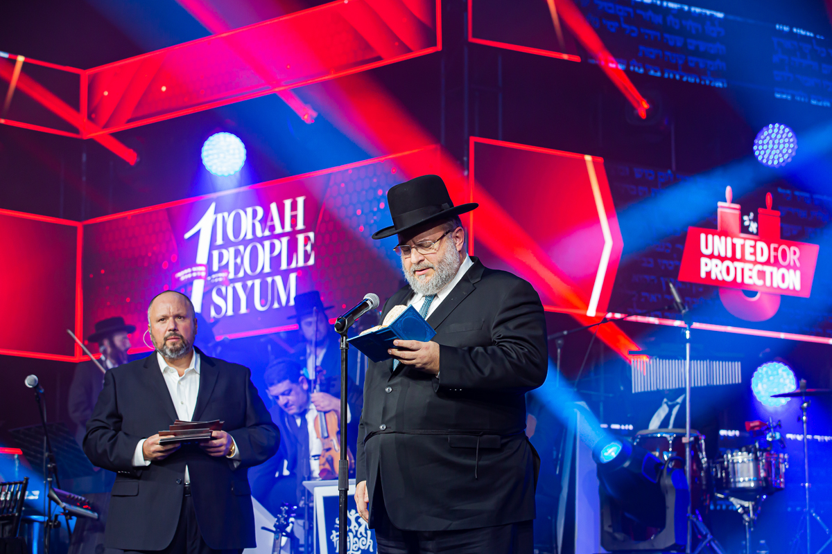 500,000 Watch as Miracle Sefer Torah Reaches Spectacular Conclusion 38