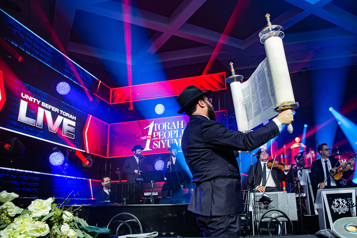500,000 Watch as Miracle Sefer Torah Reaches Spectacular Conclusion 39