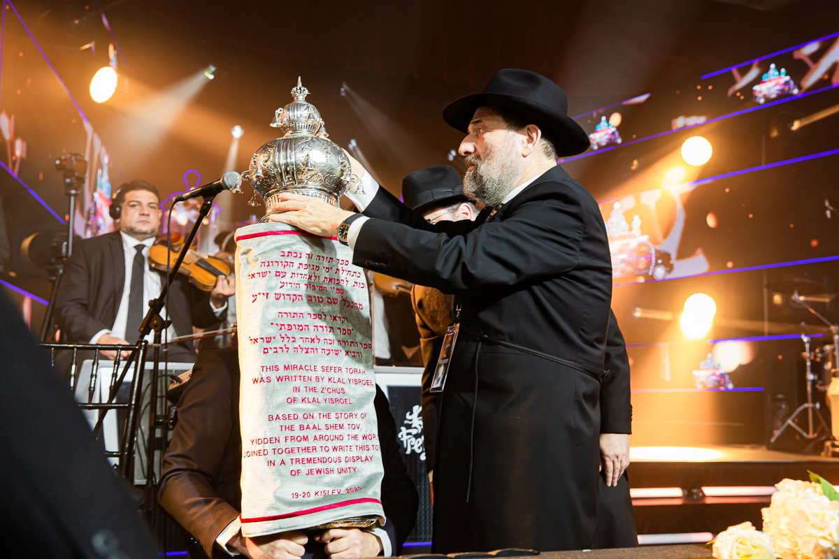 500,000 Watch as Miracle Sefer Torah Reaches Spectacular Conclusion 40