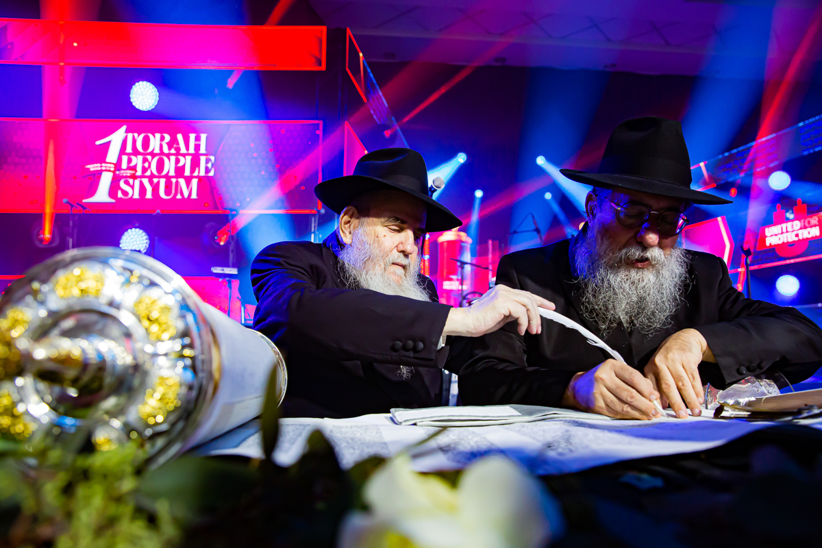 500,000 Watch as Miracle Sefer Torah Reaches Spectacular Conclusion 6