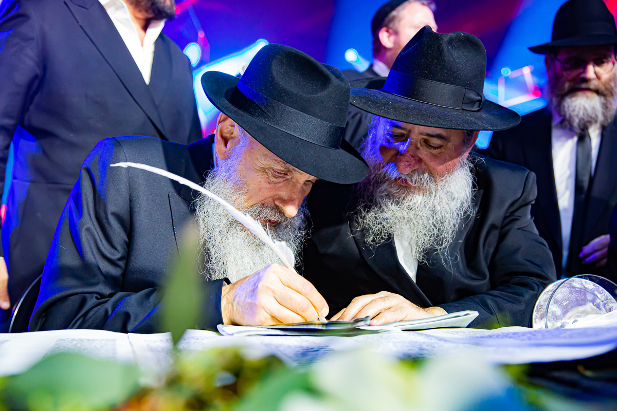 500,000 Watch as Miracle Sefer Torah Reaches Spectacular Conclusion 7
