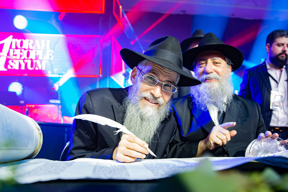 500,000 Watch as Miracle Sefer Torah Reaches Spectacular Conclusion 8